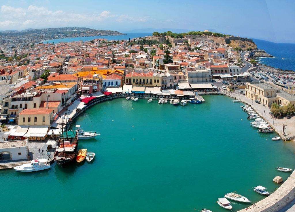 Βόλτα στη πόλη του Ρεθύμνου της Κρήτης. Παλιά πόλη, ενετικό λιμάνι και Φάρος